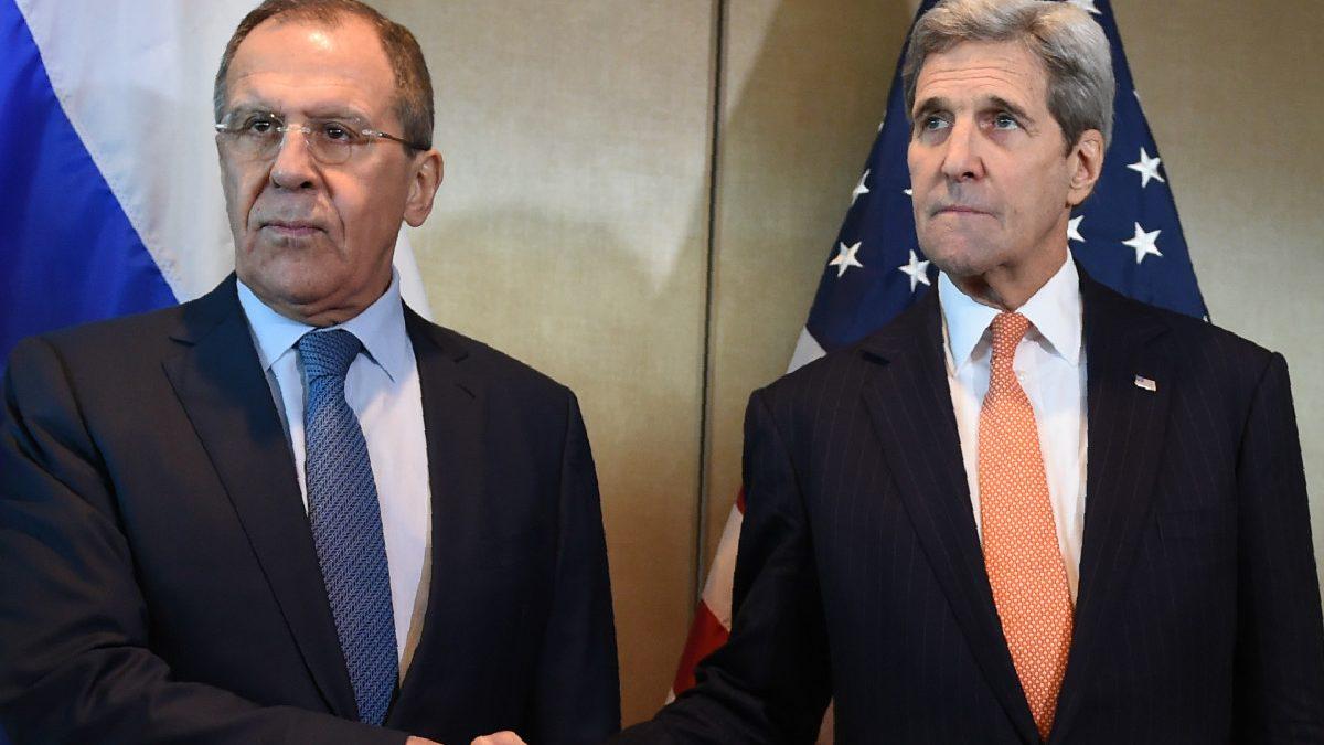 Los ministros de Exteriores ruso, Lavrov, y americano, Kerry, escenifican su desencuentro este jueves en Munich. (Foto: AFP)
