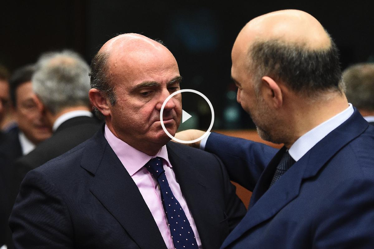 De Guindos hoy en Bruselas con el comisario francés Moscovici responsable de las cuentas de los 28. (Foto: AFP)