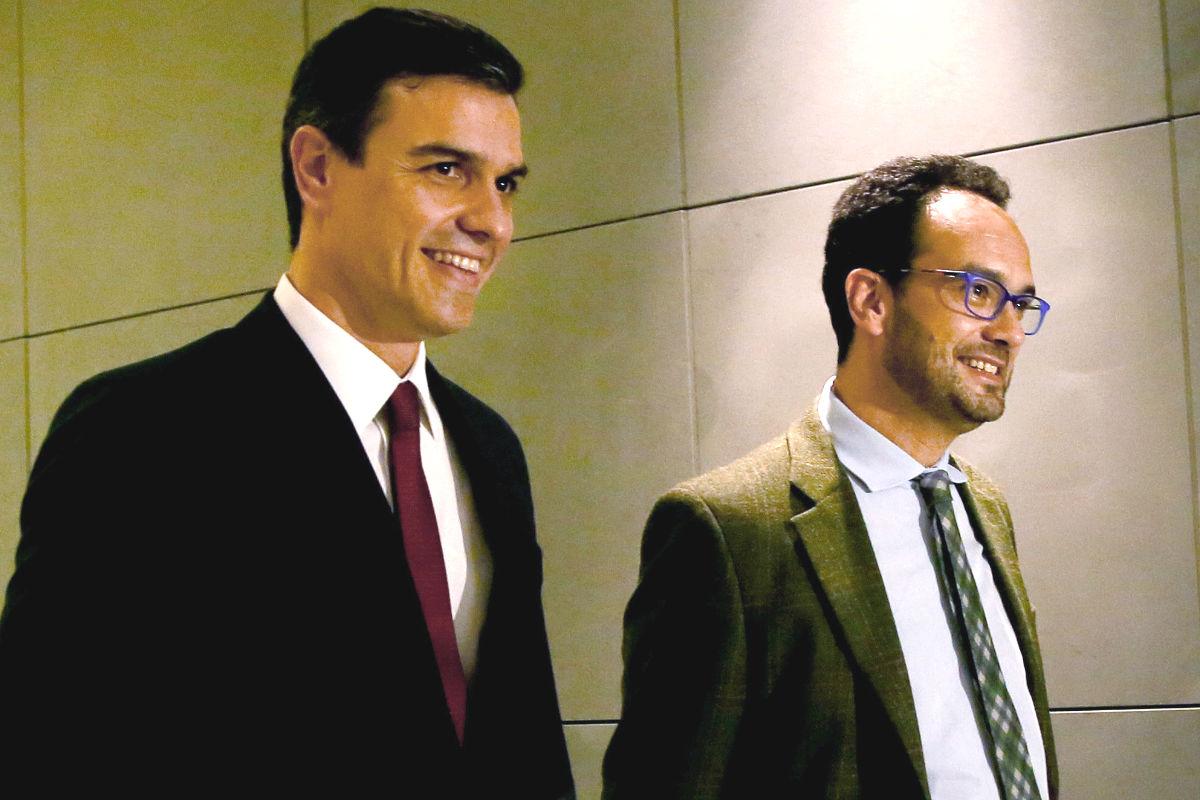 El secretario general del PSOE, Pedro Sánchez (i), acompañado por el portavoz parlamentario, Antonio Hernando (d) (Foto: Efe)