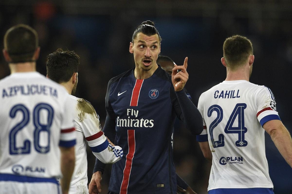 Ibrahimovic se encara con Cahill en el partido ante el Chelsea. (AFP)