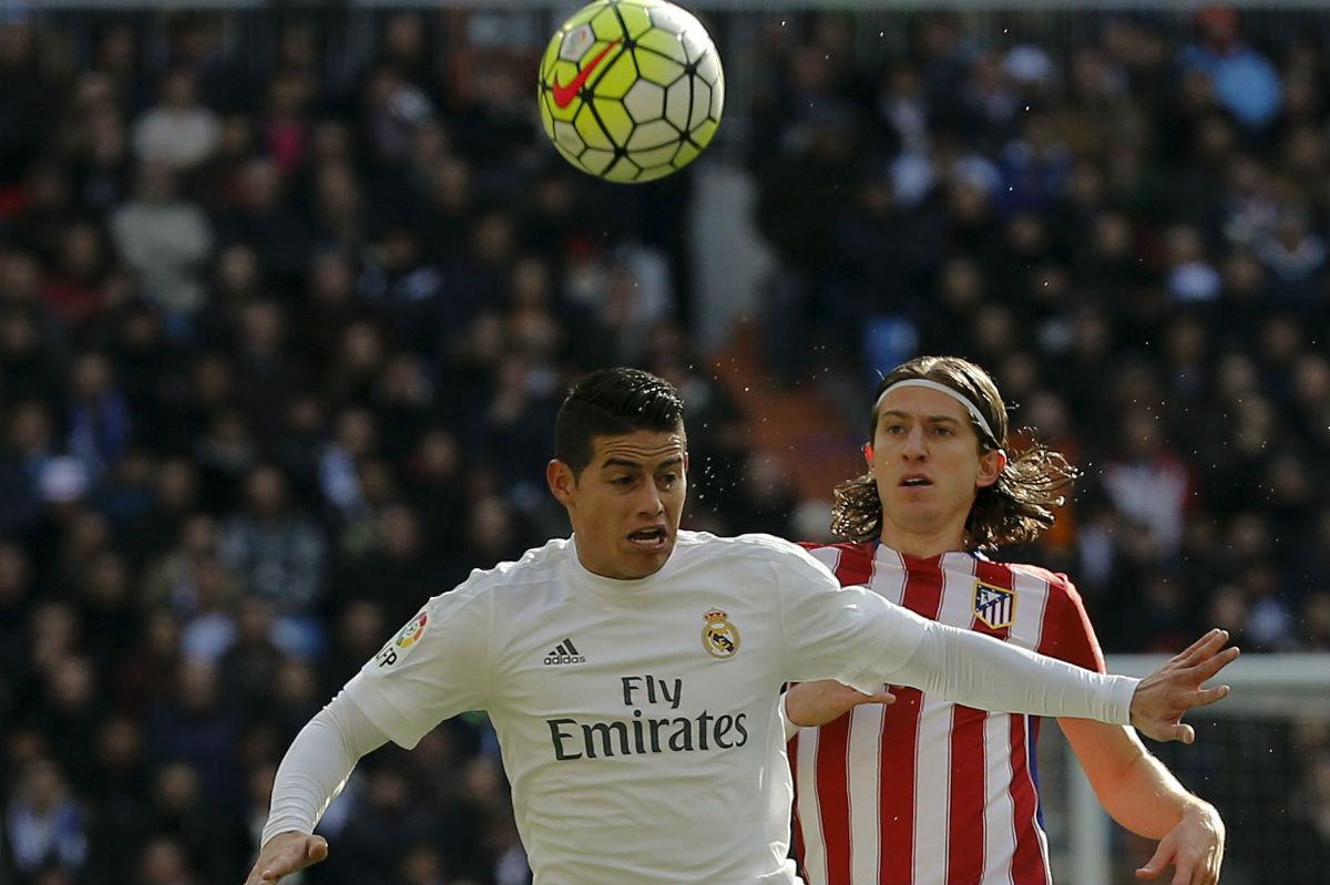 James y Filipe Luis, en un lance del juego. (Reuters)