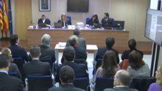 Sala del juicio, con Torres frente al tribunal y la infanta y Urdangarin en última fila.