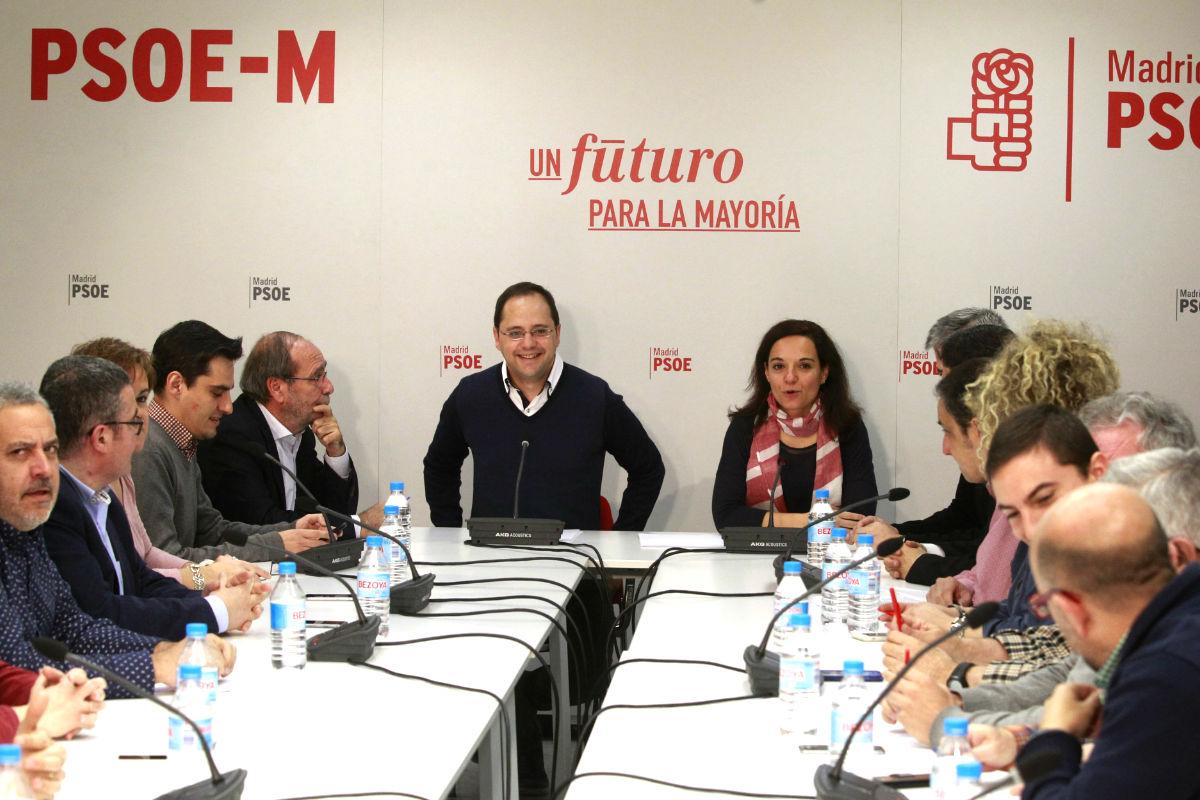 César Luena en la reunión con alcaldes del PSOE. (Foto: Efe).