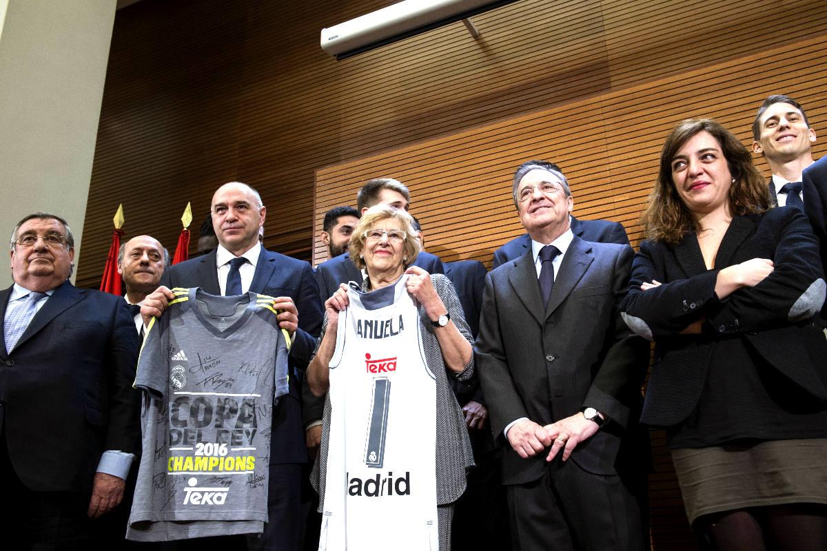 La alcaldesa de Madrid, Manuela Carmena, ha recibido este lunes en el Ayuntamiento al Real Madrid. (Foto: EFE)