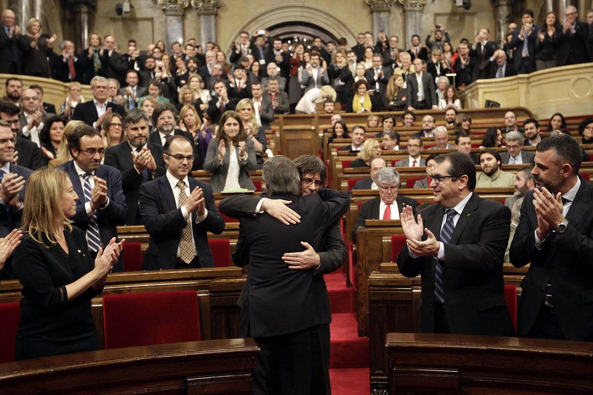 Carles Puigdemont es investido presidente de la Generalitat. (Foto: EFE)