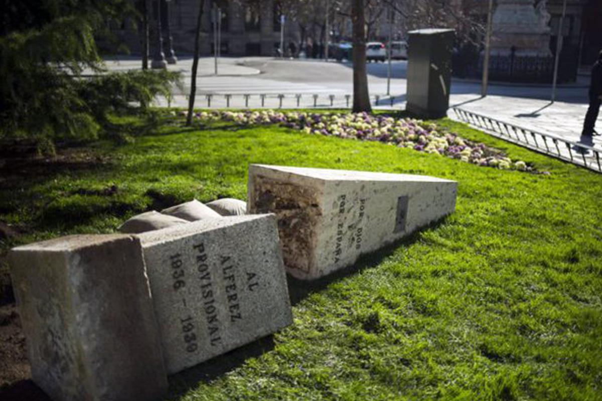 El monolito al Alférez Provisional derribado sobre la hierba. (Foto: @pmanglano)
