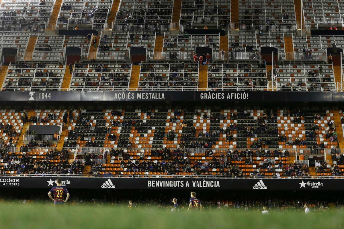 Las gradas de Mestalla, casi vacías en el partido contra el Barcelona. (EFE)