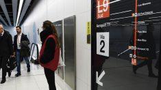 Imagen de un panel informativo del Metro de Barcelona. (Foto: AFP)