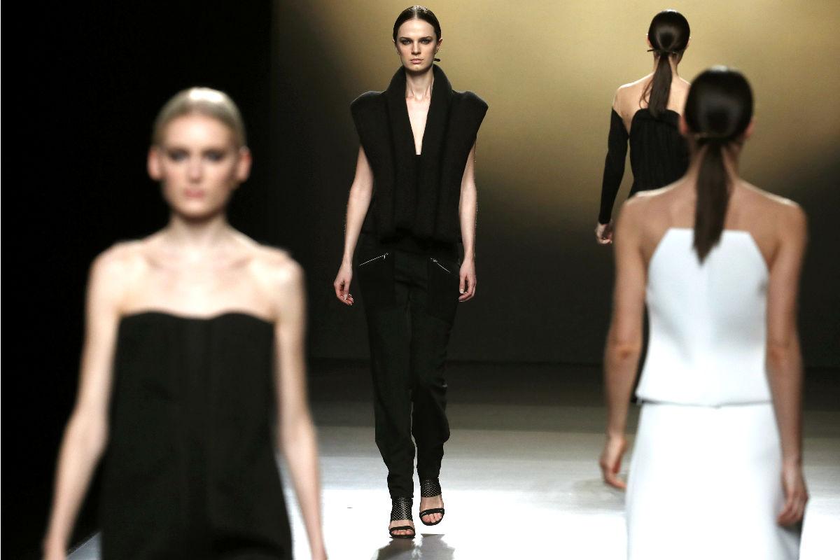 Modelos con creaciones de Amaya Arzuaga (Foto: Efe).