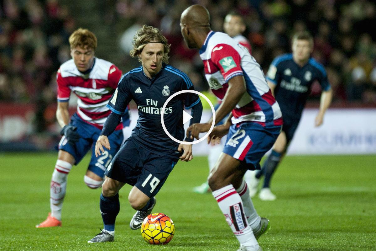 Modric conduce la pelota en el partido ante el Granada. (AFP)