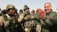 El ministro de Defensa iraquí, Khaled al-Obaidi, visita a las milicias kurdas que preparan la reconquista de Mosul. (Getty)