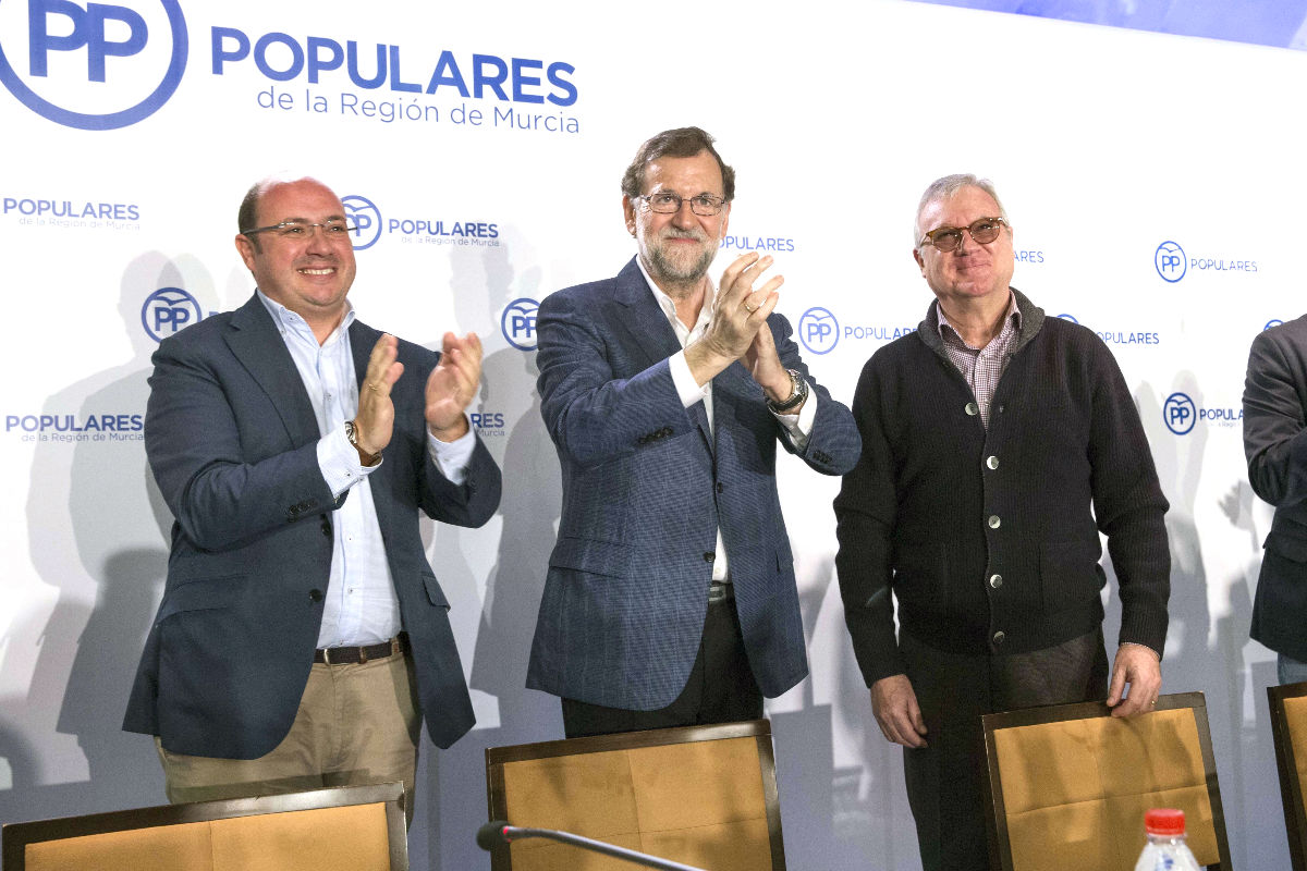 Rajoy acompañado de Ramón Luis Varcárcel y Pedro Antonio Sánchez en el acto de Murcia (Foto: Efe).