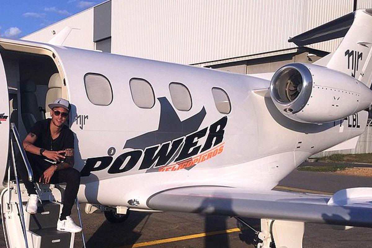 Neymar posa con su avión privado semanas después de adquirirlo.