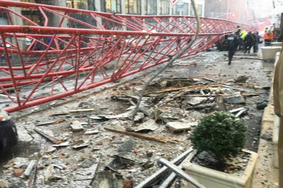 La caída de la grúa ha causado cuantiosos daños materiales