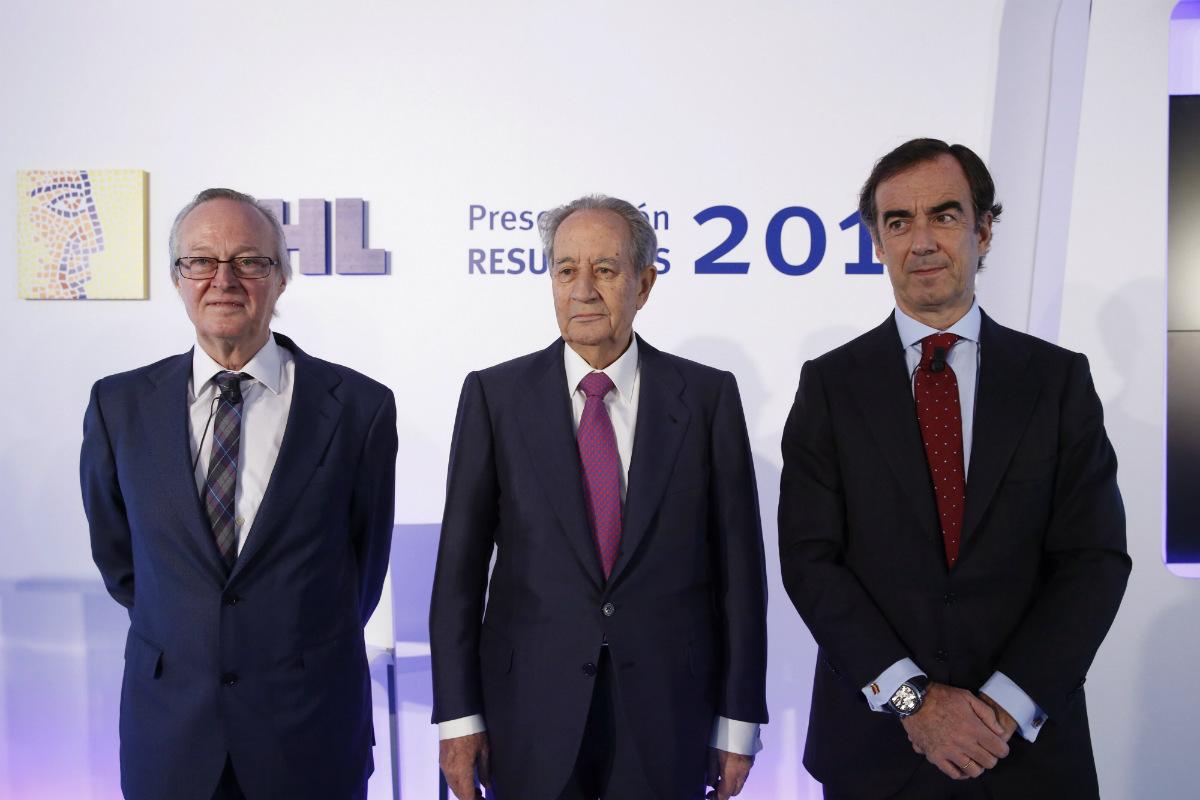 El presidente de OHL, Juan Miguel Villar-Mir (c); el vicepresidente, Juan Villar-Mir de Fuentes (d), y el consejero delegado, Josep Piqué, durante la presentación de los resultados de 2015. (Foto: EFE)