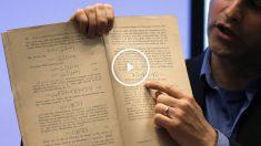 El profesor israelí Barak Kol enseña el documento original donde Einstein explica el fenómeno. (Foto: AFP)