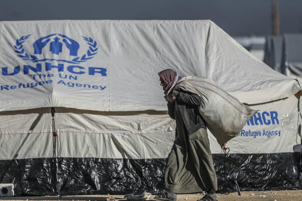 Refugiados sirios reciben ayuda de la ONU en un campo cerca de Alepo. (Foto: Getty)