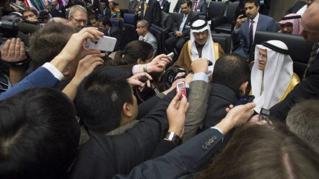 La OPEP abre la puerta a congelar la producción de crudo más allá de marzo de 2018