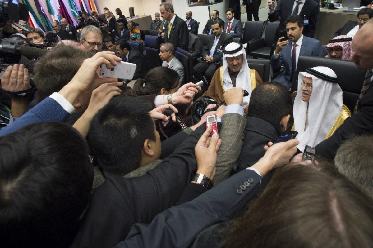 Miembros de la OPEP en su sede en Viena rodeados de la prensa. (Foto: AFP)