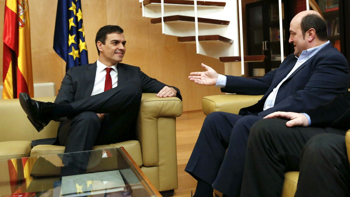 Pedro Sánchez y Andoni Urtuzar durante la reunión (Foto: Efe). | Moción de censura Rajoy