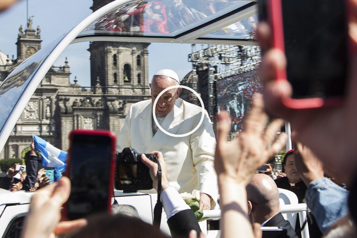 El Papa ha querido una vez más pasear desprotegido ante la multitud. (Foto: AFP)