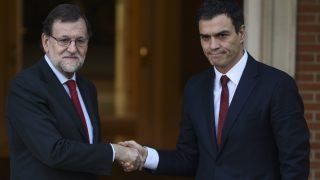 Rajoy y Sánchez, en su primer encuentro tras las elecciones del 20-D. (Foto: AFP)