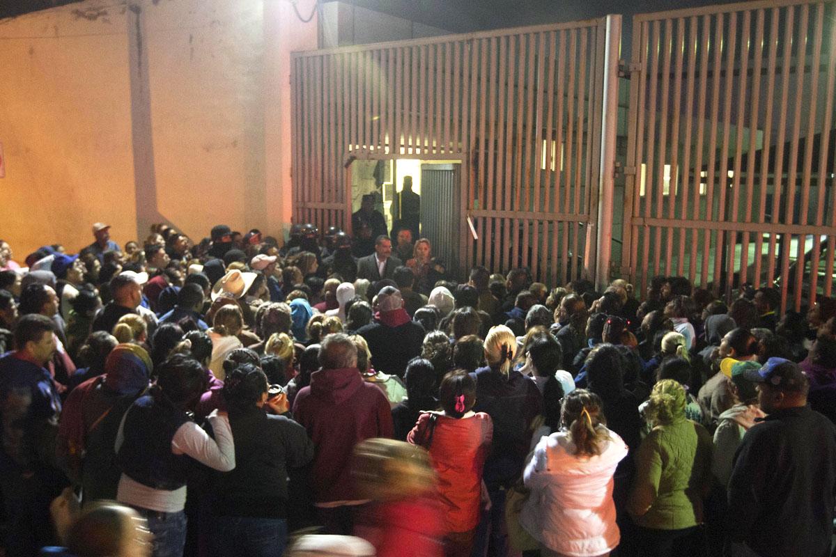 Familiares agolpados a las puertas del penal pidiendo entrar. (Foto: AFP)