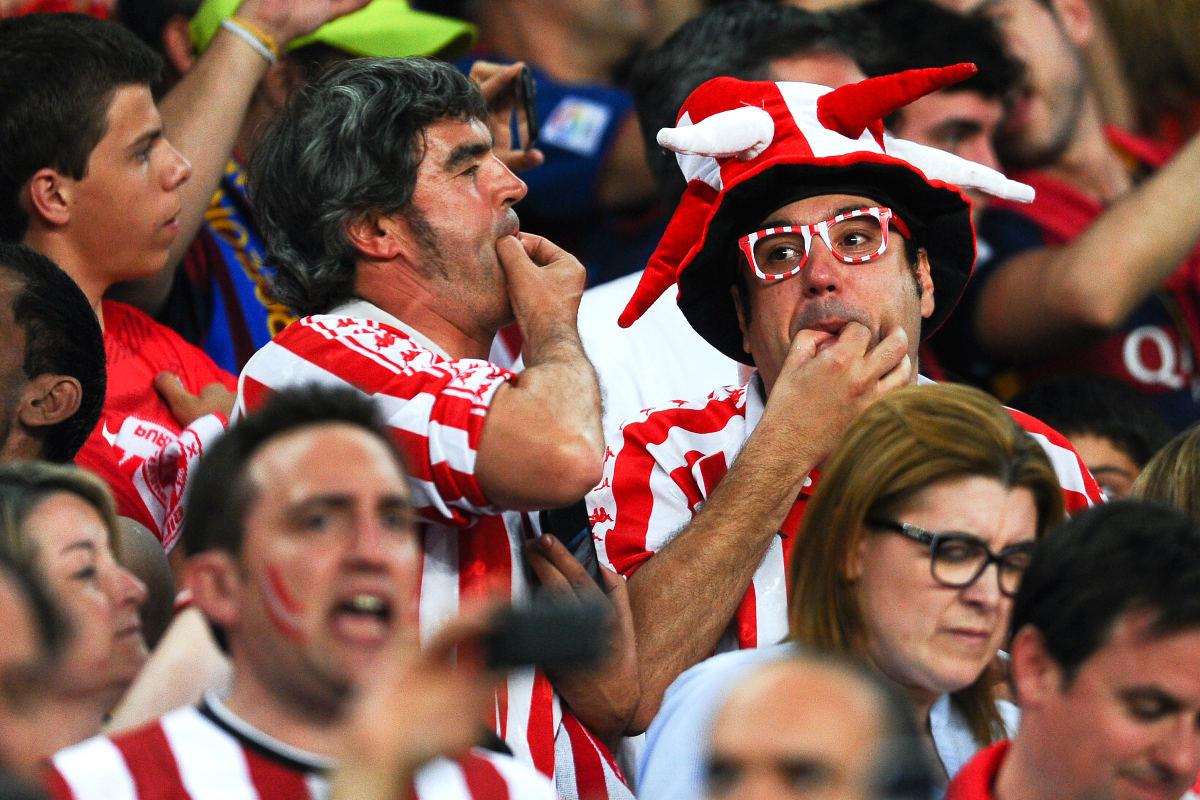 Aficionados del Athletic silbando al himno durante la final de Copa. (Getty)