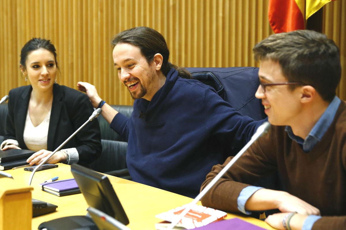 El líder de Podemos, Pablo Iglesias (c), acompañado por el portavoz en el Congreso, Íñigo Errejón (d), y la portavoz en la Comisión de Educación y Deporte, Irene Montero (i) (Foto: Efe)