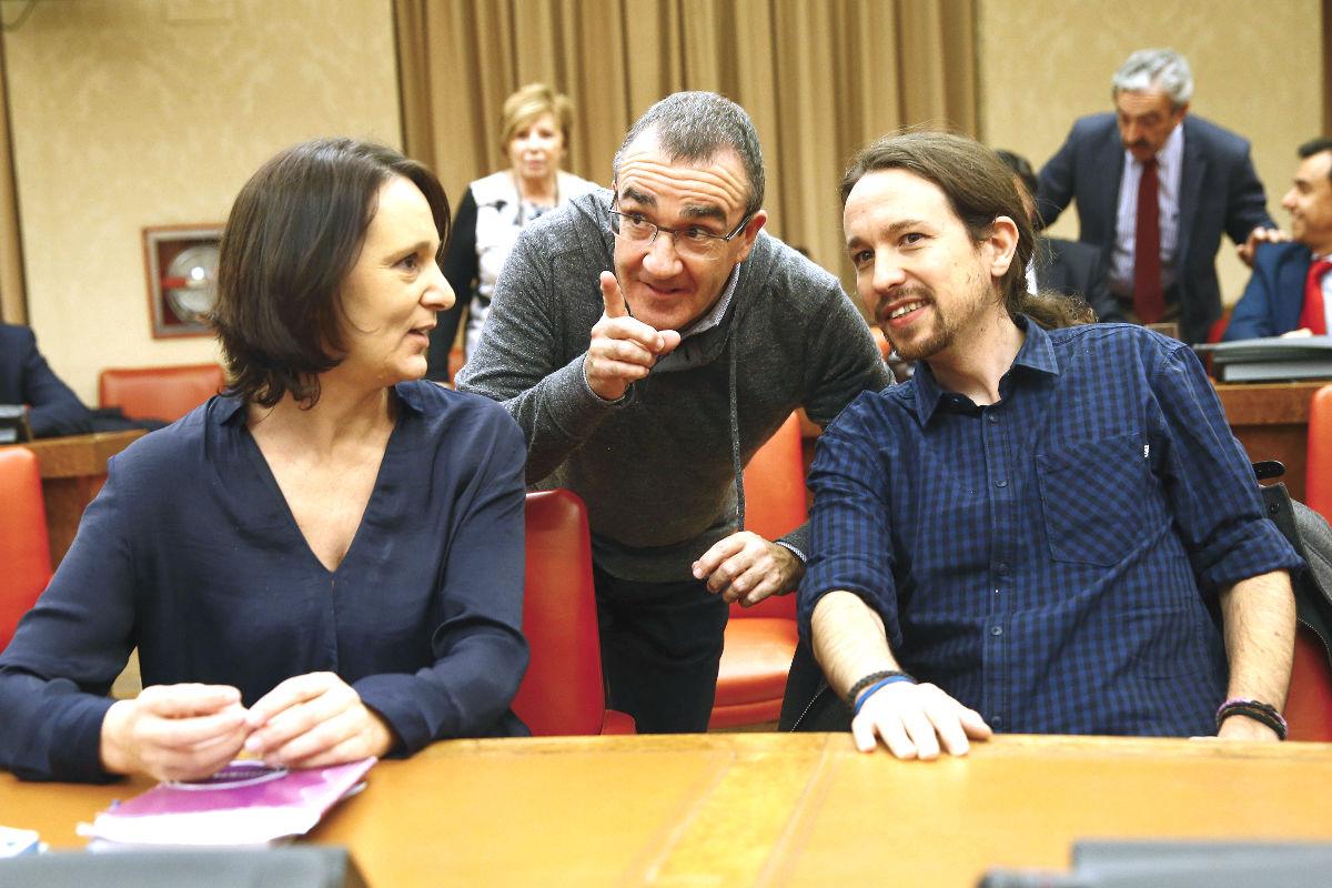 El líder de Podemos, Pablo Iglesias, junto a Carolina Bescansa y el juez Juan Pedro Yllanes (Foto: Efe)