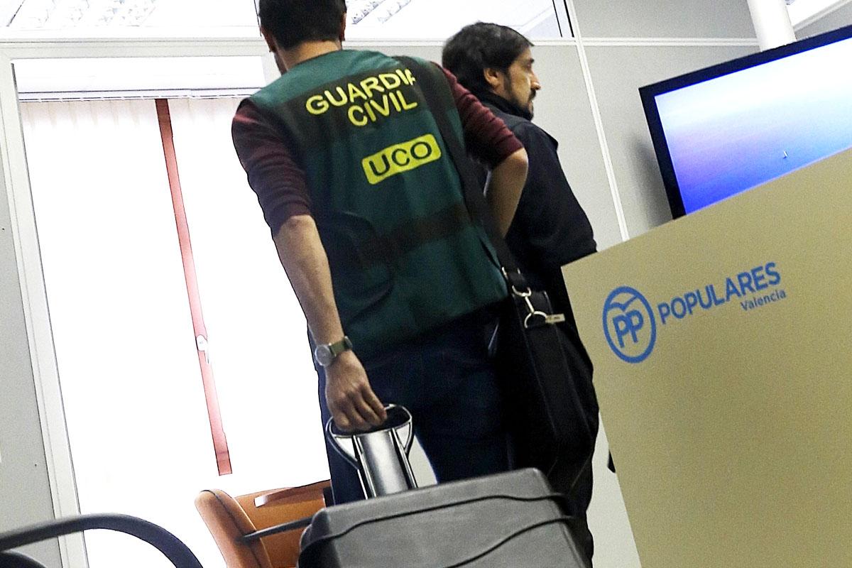 La Guardia Civil registra las instancias del partido. (Foto: EFE)