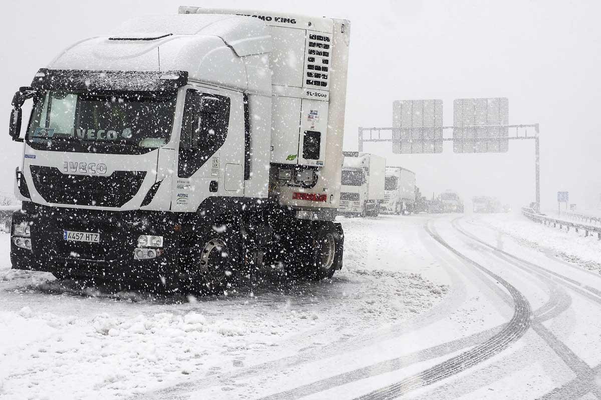 Imagen de un camión parado en un puerto por la nieve. (Foto: EFE)