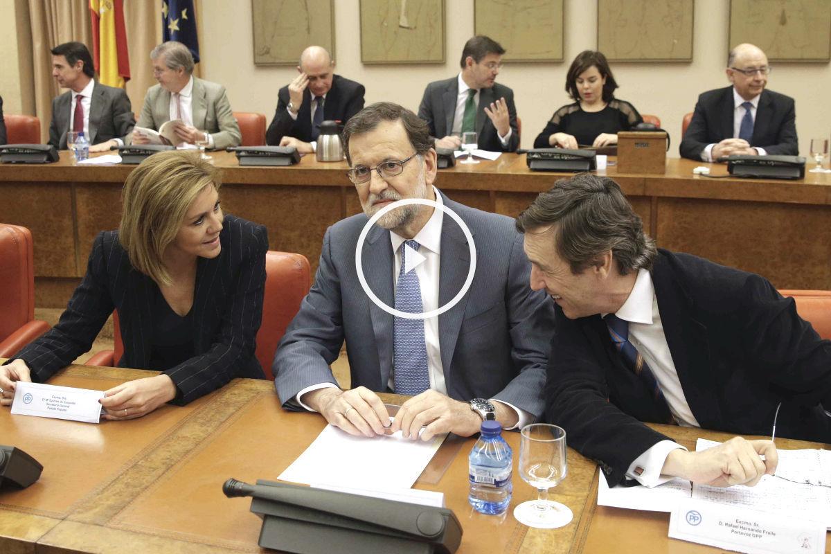 El presidente del Gobierno en funciones, Mariano Rajoy (c), junto a la secretaria general del PP, María Dolores de Cospedal, y el portavoz del partido en el Congreso, Rafael Hernando, durante la reunión que ha mantenido hoy con los diputados de la formación (Foto: Efe)