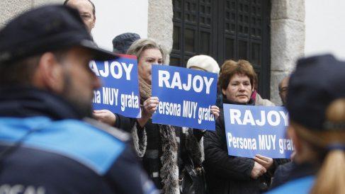Dirigentes del PP y trabajadores de Ence defienden a Rajoy. (Foto: EFE)