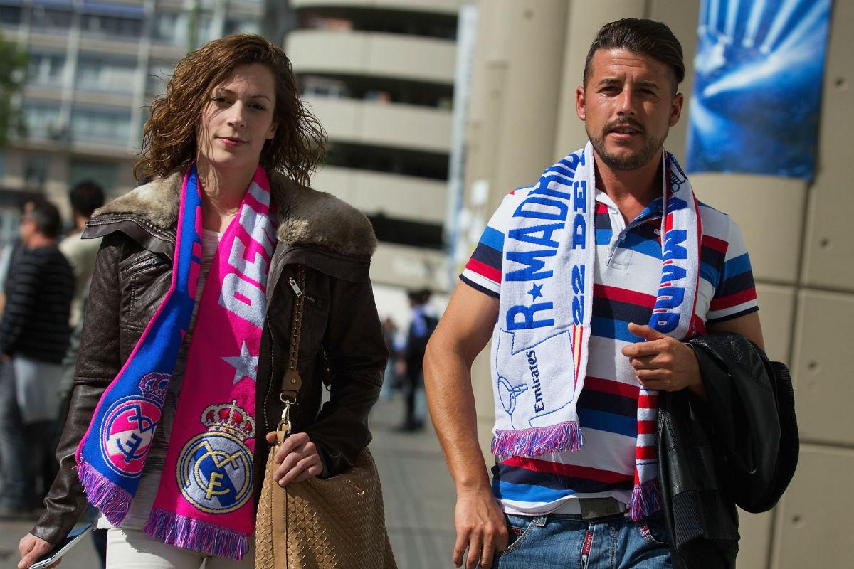 Dos aficionados en los alrededores del Santiago Bernabéu antes de un derbi. (Getty)