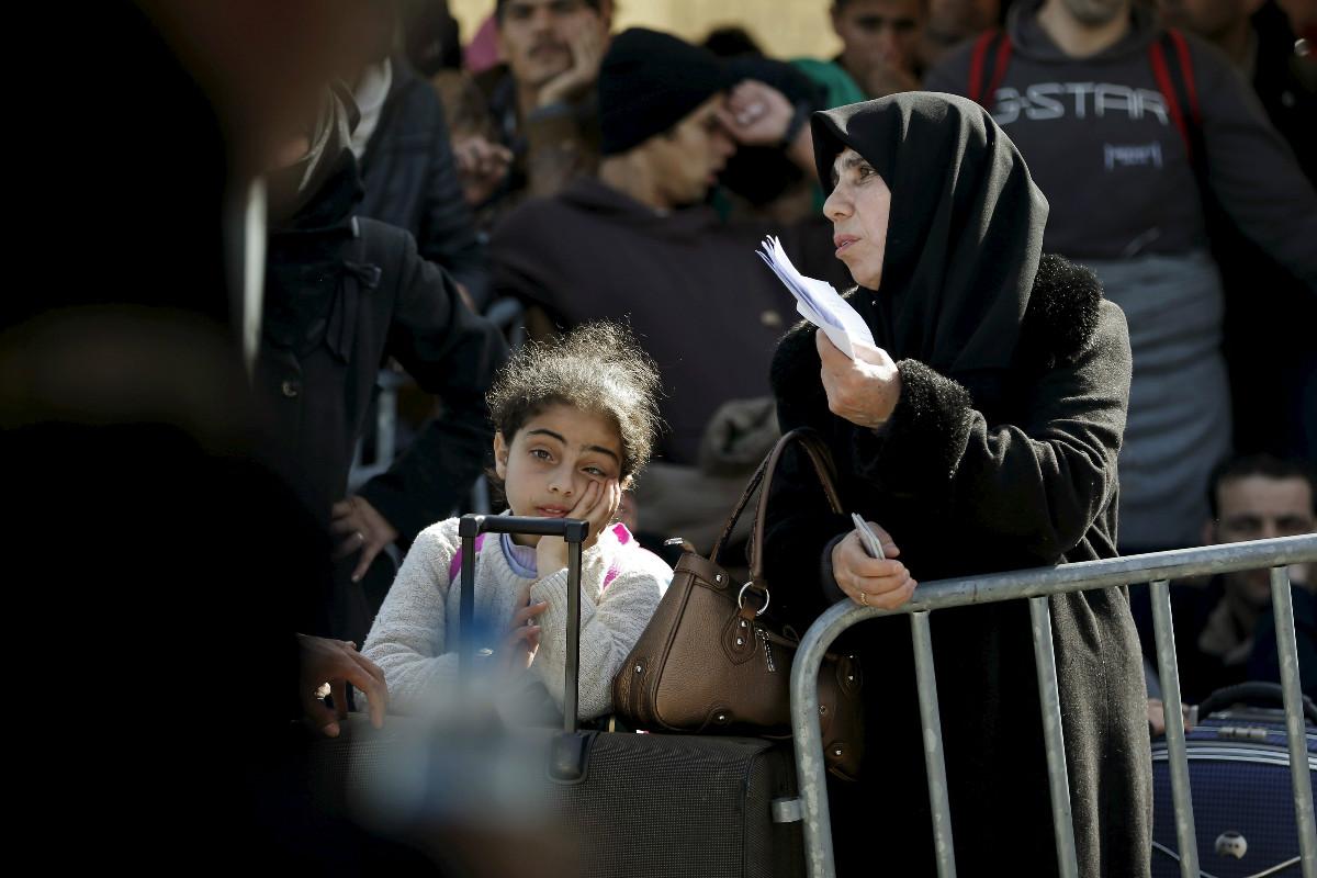 Una mujer trata de que se acepten sus papeles en la frortera de Idomeni entre Grecia y Macedonia. (Reuters)