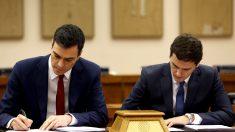 Albert Rivera (d) y Pedro Sánchez firmando un acuerdo de investidura en febrero de 2016. (FOTO: EFE)