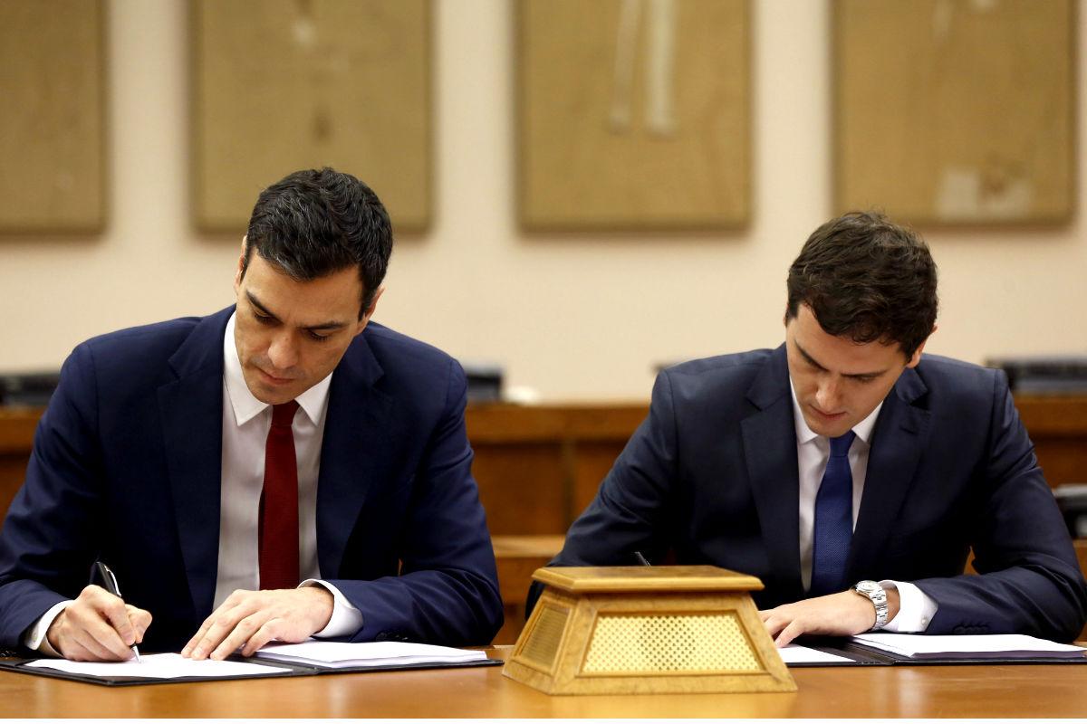 Pedro Sánchez y Albert Rivera firman el acuerdo de investidura en 2016.