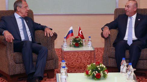 El ministro de Exteriores ruso, Lavrov y su homólogo turco, Cavusoglu, en un encuentro bilateral. (Foto: Getty)