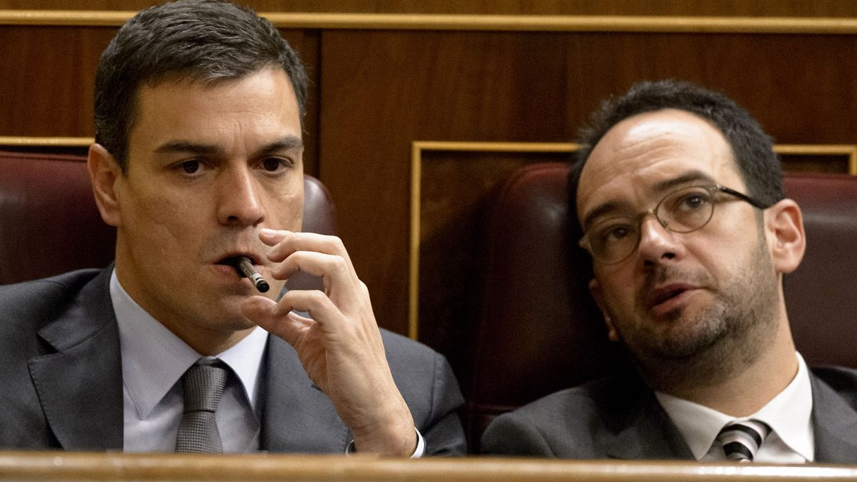 Pedro Sánchez y Antonio Hernando. (Foto: AFP)