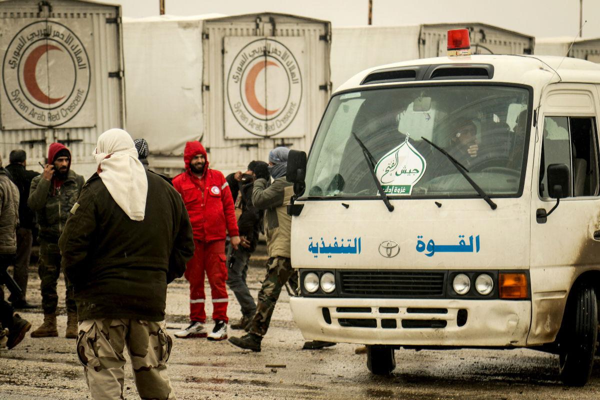 Un convoy de la Media Luna Roja auspiciado por la ONU, llega a Fua, en Idlib, Siria. (Getty)