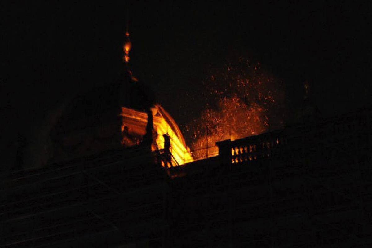 Incendio a medianoche en Praga en un clásico de las postales de la ciudad. (Foto: AFP)