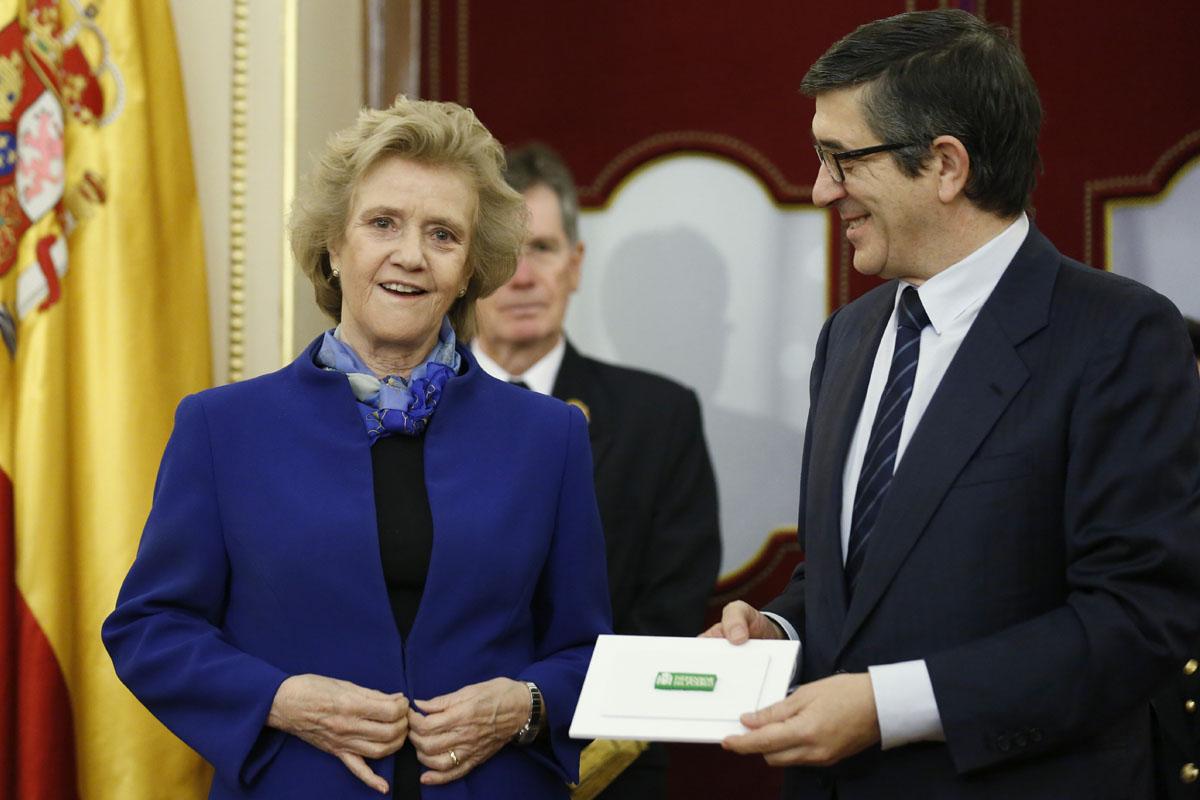 Soledad Becerril entrega la memoria anual a Patxi López. (Foto: EFE)