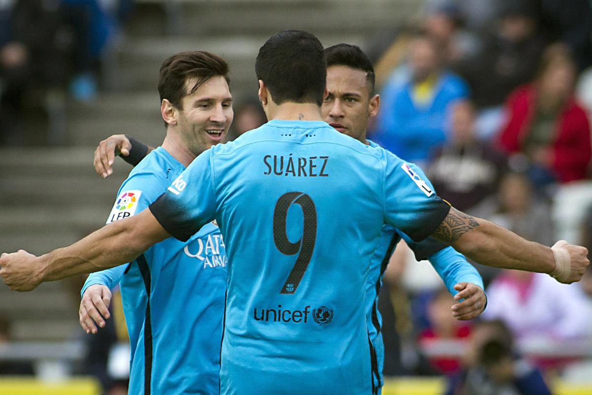 Suárez, Messi y Neymar celebran uno de los goles del Barcelona. (AFP)