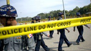 Policías acordonan un espacio. (Foto: AFP).