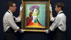 Operarios colocan el cuadro a la vista de los posibles compradores. (Foto: Getty)