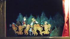 Imagen de personajes con enormes penes persiguiendo al Rey
