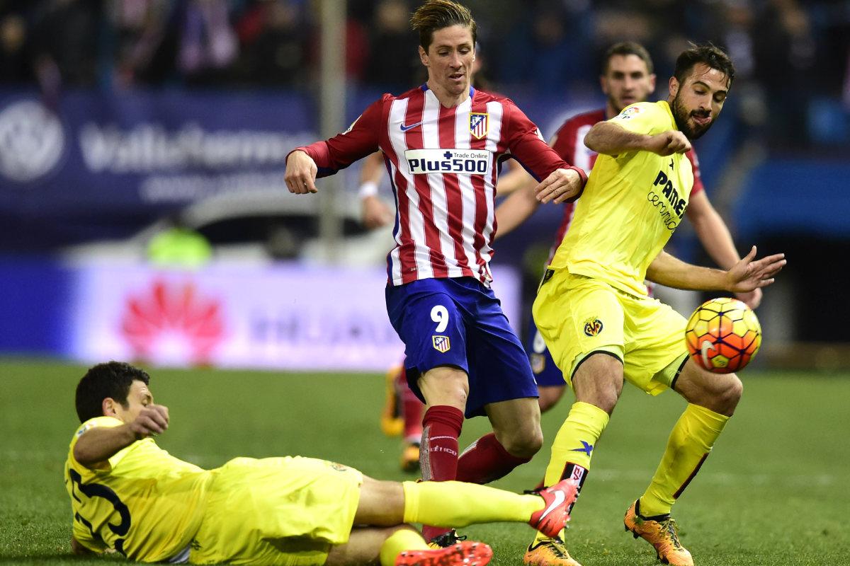 Torres pelea un balón con Mario y Bonera. (AFP)