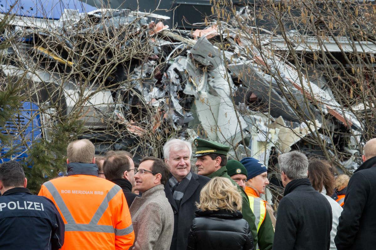 El ministro principal de Baviera, Horst Seehofer, visita el lugar del accidente este miércoles. (Foto: AFP)