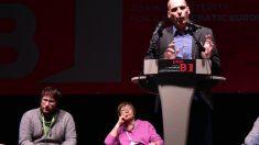 Miguel Urbán (izqda.), atiende el discurso de Varoufakis. (AFP)